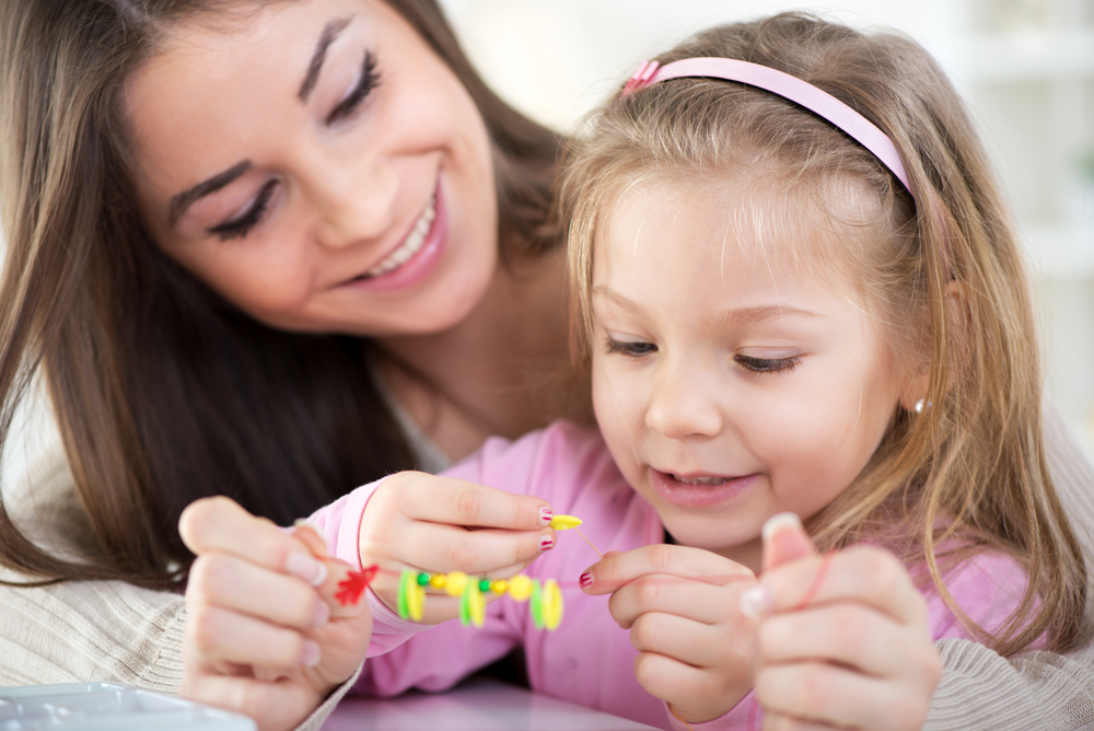 Mom teaching colors for kids through making necklaces