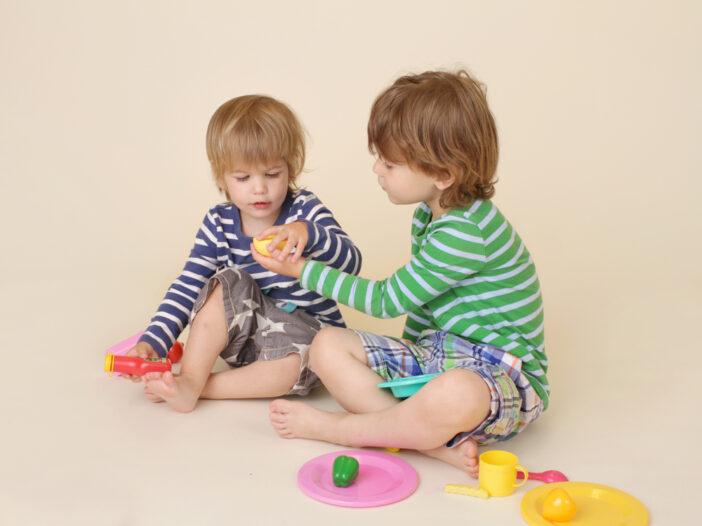 kids sharing toys